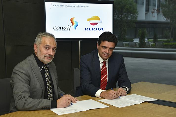 De izquierda a derecha: Esteban Blanco Serrano, presidente de Conaif, y Francisco Javier Gutiérrez Bucero, director de Construcción y Mantenimiento de Instalaciones de GLP de Repsol