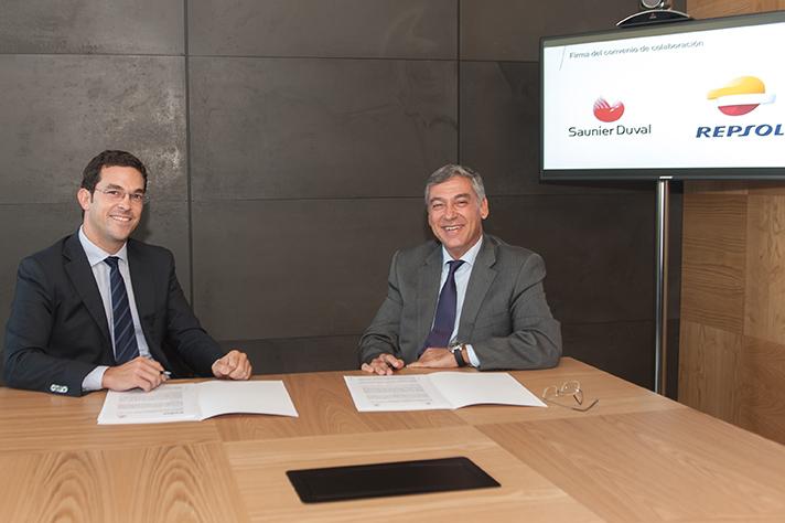 Un momento de la firma del acuerdo entre Repsol y Saunier Duval