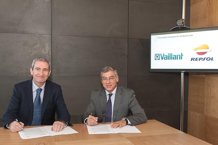 Un momento de la firma del acuerdo entre Repsol y Vaillant