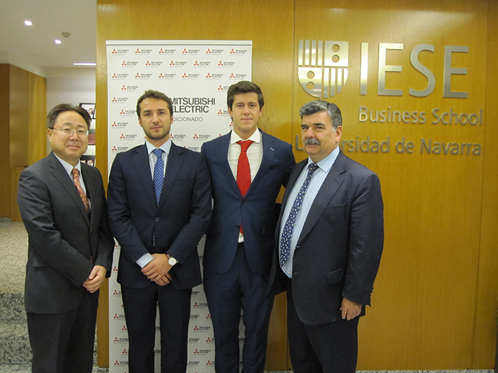 Los premiados junto a los directivos de Mitsubishi Electric