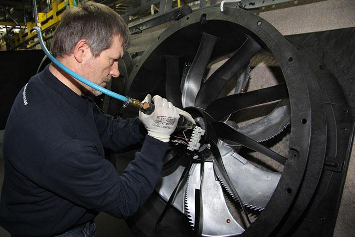 Montaje de un un ventilador ZAplus en la fábrica de Ziehl-Abegg en Bieringen
