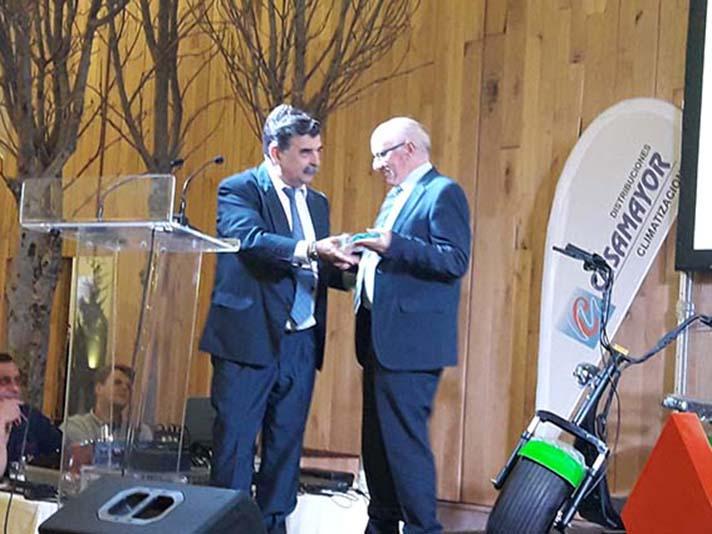 A la izquierda, Andrés Muñoz, gerente de Distribuciones Casamayor, que recibió una distinción de manos de Pedro Ruiz, Director General de Mitsubishi Electric