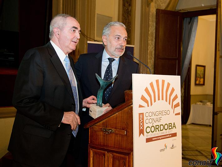 Manuel Rodríguez Chesa, a la izquierda, recibiendo el Premio Manuel Laguna de manos de Esteban Blanco, presidente de Conaif