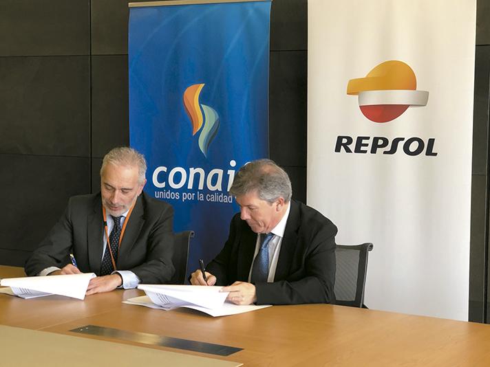 El presidente de Conaif, Esteban Blanco y el subdirector de Ventas de Repsol Butano, Joaquín Garrote