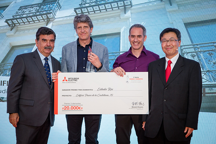 Los ganadores del Premio 3 Diamantes junto con los directivos de la marca