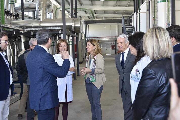 La delegada de Salud y Familias, María Jesús Botella, y la directora gerente del hospital, Valle García, en la visita a las nuevas instalaciones