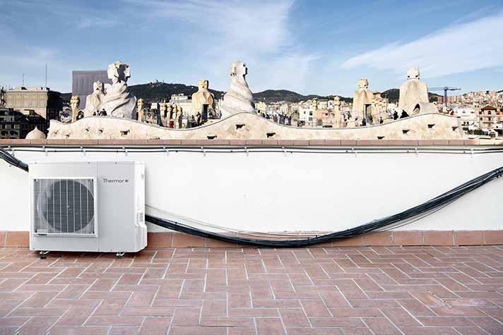 Una instalación respetuosa con el modernismo delante de La Pedrera