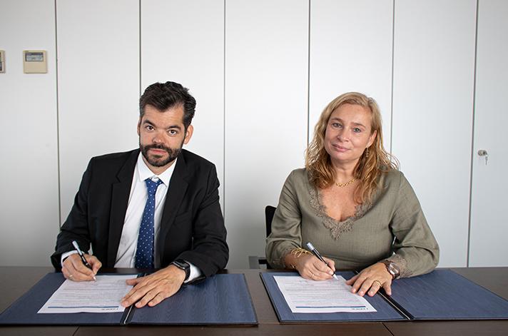 El presidente de Fegeca, Vicente Gallardo, y la directora de Formación de AENOR, Susana Lozano, durante la firma