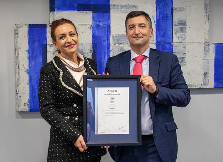 Entrega de Certificación a Susana Rodriguez. DG de FRIEX S.L por Nicolas Henríquez, Director de Ventas de AENOR