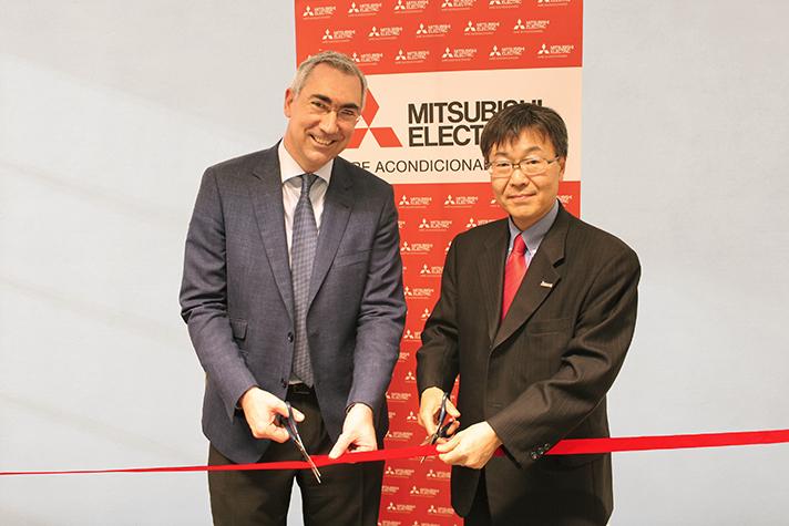 Raúl Antón y Masami Kusano cortando la cinta de la inauguración