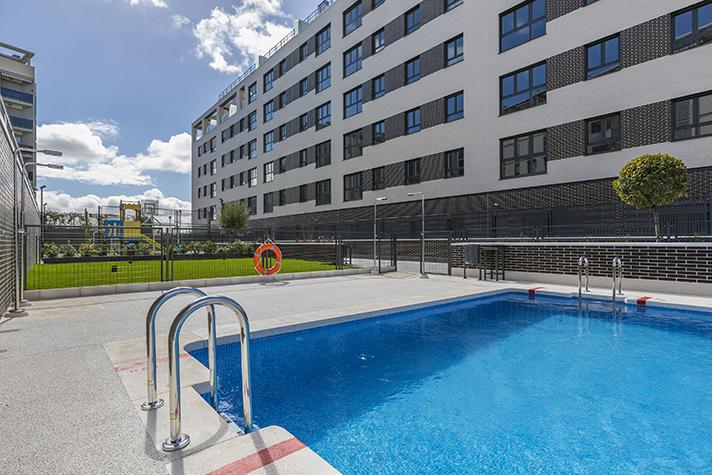 El inmueble, ubicado en Villaverde (Madrid), suma casi cien viviendas además de piscina y zonas comunes interiores y exteriores