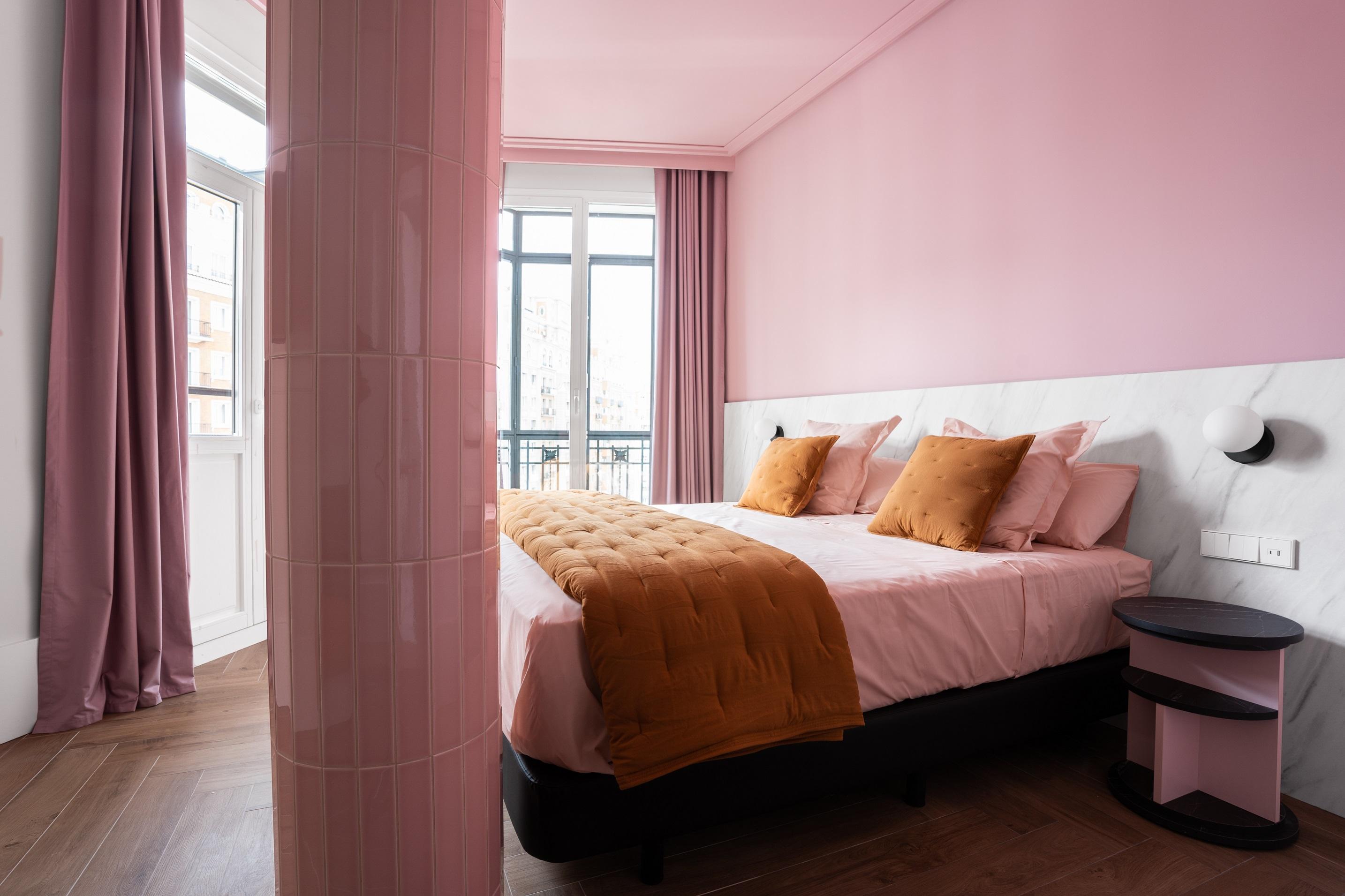 La serie LS 990 de Jung en blanco alpino mate aporta una fascinante conceptualización estética al nuevo hotel de 4* superior