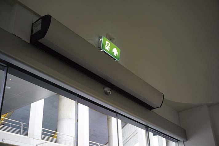 Las cortinas de aire son una solución perfecta para las instalaciones en grandes edificios con gran afluencia de personas