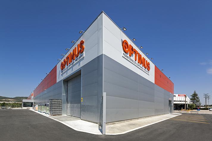 Para la construcción de la fachada del almacén, se optó por el panel aislante Isoparete Plissé
