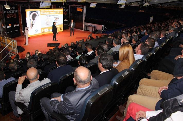 El humorista Carlos Latre, durante el evento celebrado en el Santiago Bernabéu