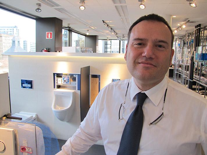 El director general de Geberit, David Mayolas, en la sede de la compañía en Madrid